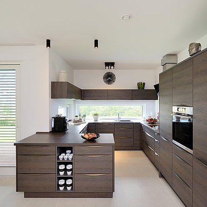 Musterhaus Schkeuditz - Eine Küche mit einem Tisch in einem Raum - Fertighaus