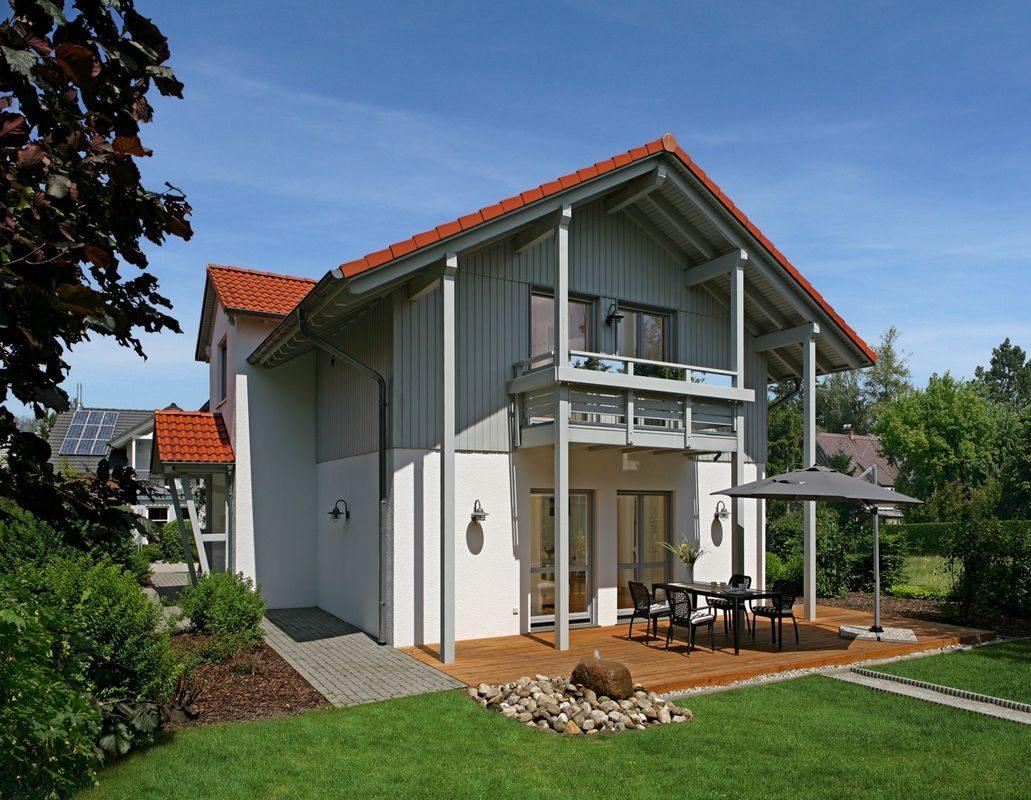 Keitel-Haus München - Eine große Wiese vor einem Haus - Haus