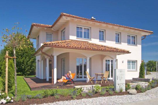 Musterhaus Poing 187 - Eine große Wiese vor einem Haus - Haas Haus - Fertighaus MH Poing 187 als Musterhaus