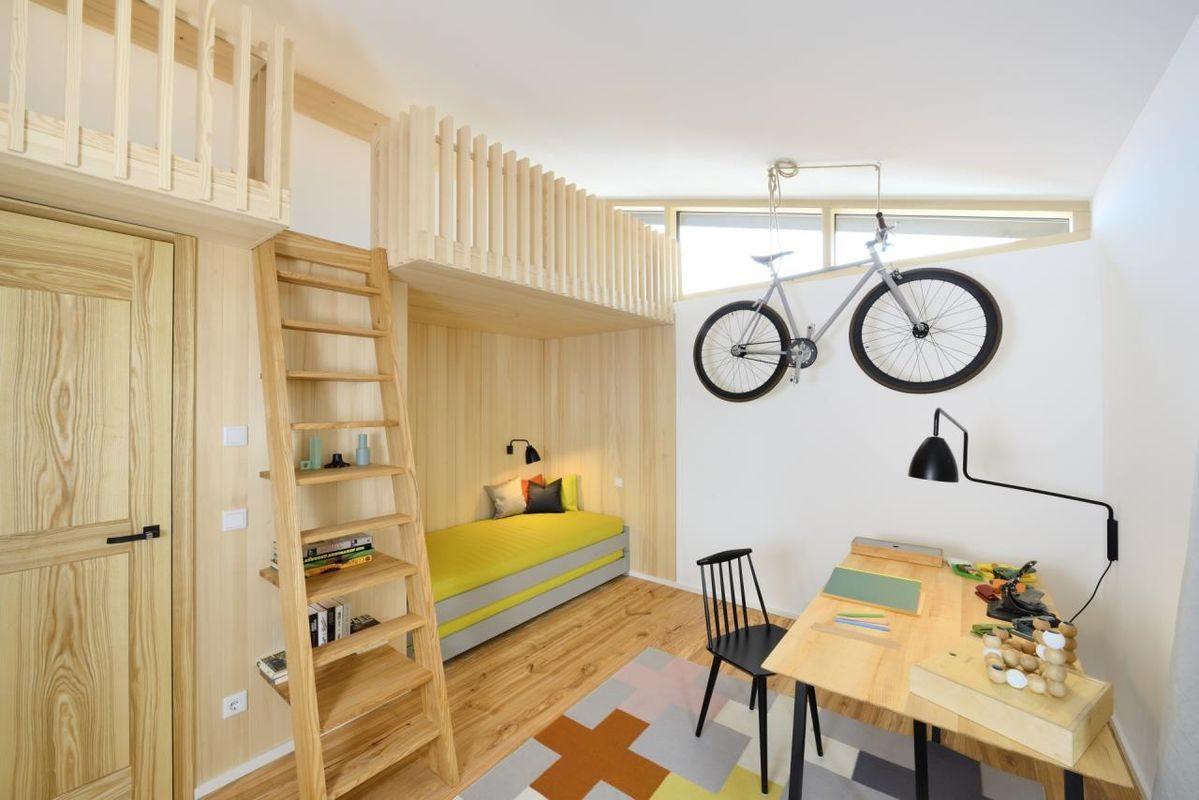 Alpenchic - Eine Küche mit Holzschränken und einem Kamin - Minimalismus