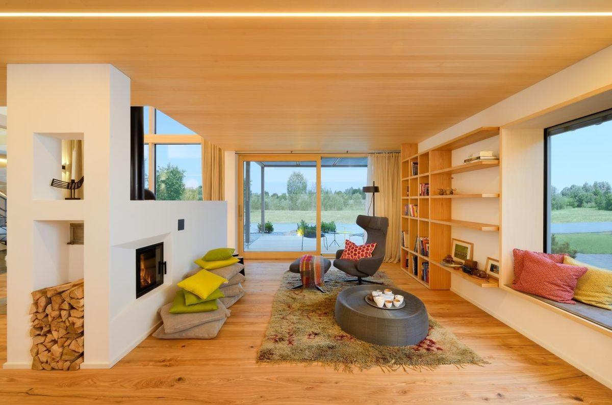 Alpenchic - Eine Ansicht eines mit Möbeln gefüllten Wohnzimmers und eines großen Fensters - Bauhaus