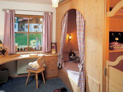 Wärme-Gewinnhaus Plan 229.3 - Ein Schlafzimmer mit einem Bett und einem Stuhl in einem Raum - München