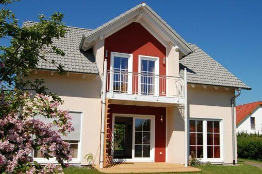 Jasmin K-095 - Ein Haus mit Büschen vor einem Backsteingebäude - Haus