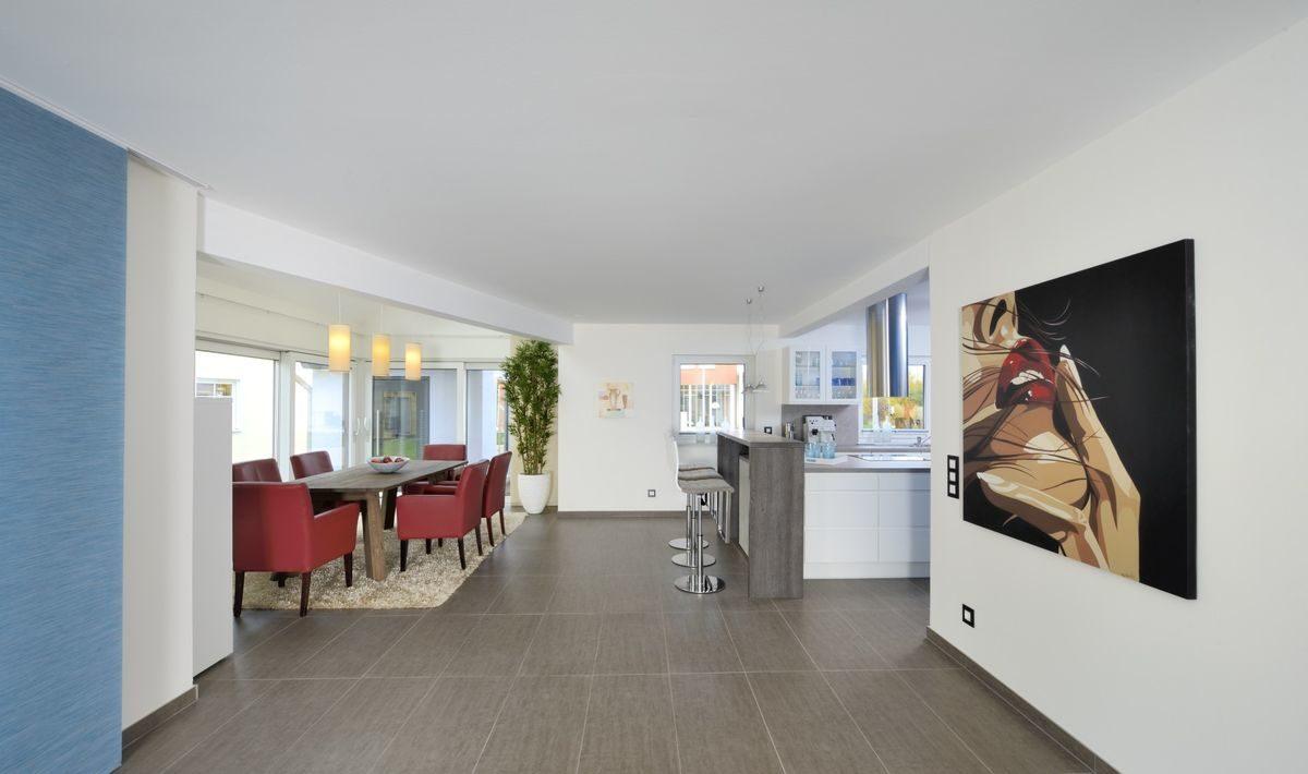 Musterhaus Poing-Grub - Ein Raum mit Möbeln und einem Flachbildfernseher - Interior Design Services