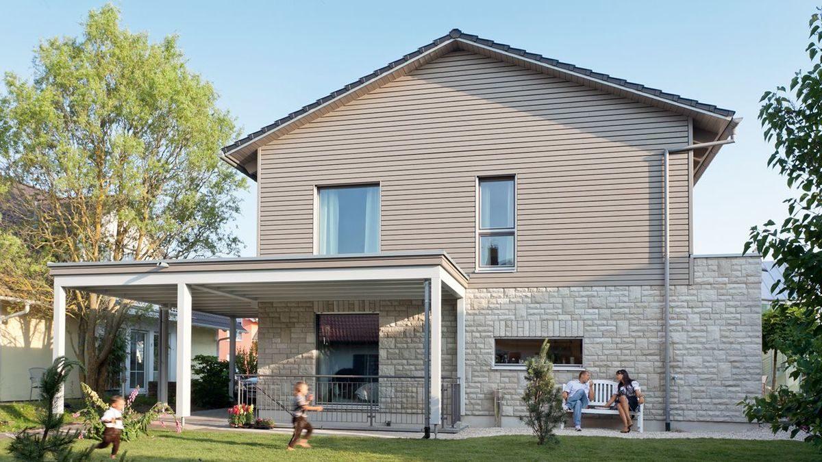 Energieplus Haus Poing - Eine gruppe von menschen vor einem haus - SchwörerHaus KG Musterhaus Poing