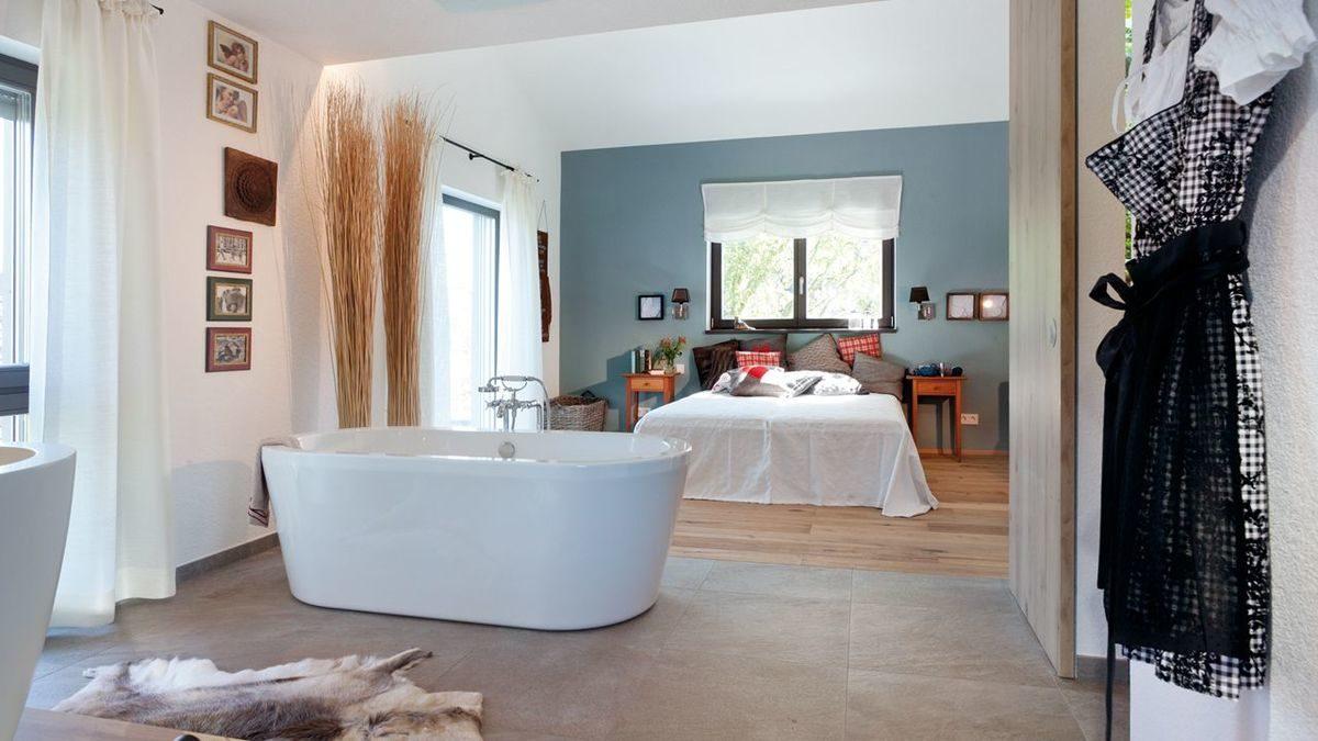 Energieplus Haus Poing - Ein Wohnzimmer mit einem großen Spiegel - SchwörerHaus KG Musterhaus Poing