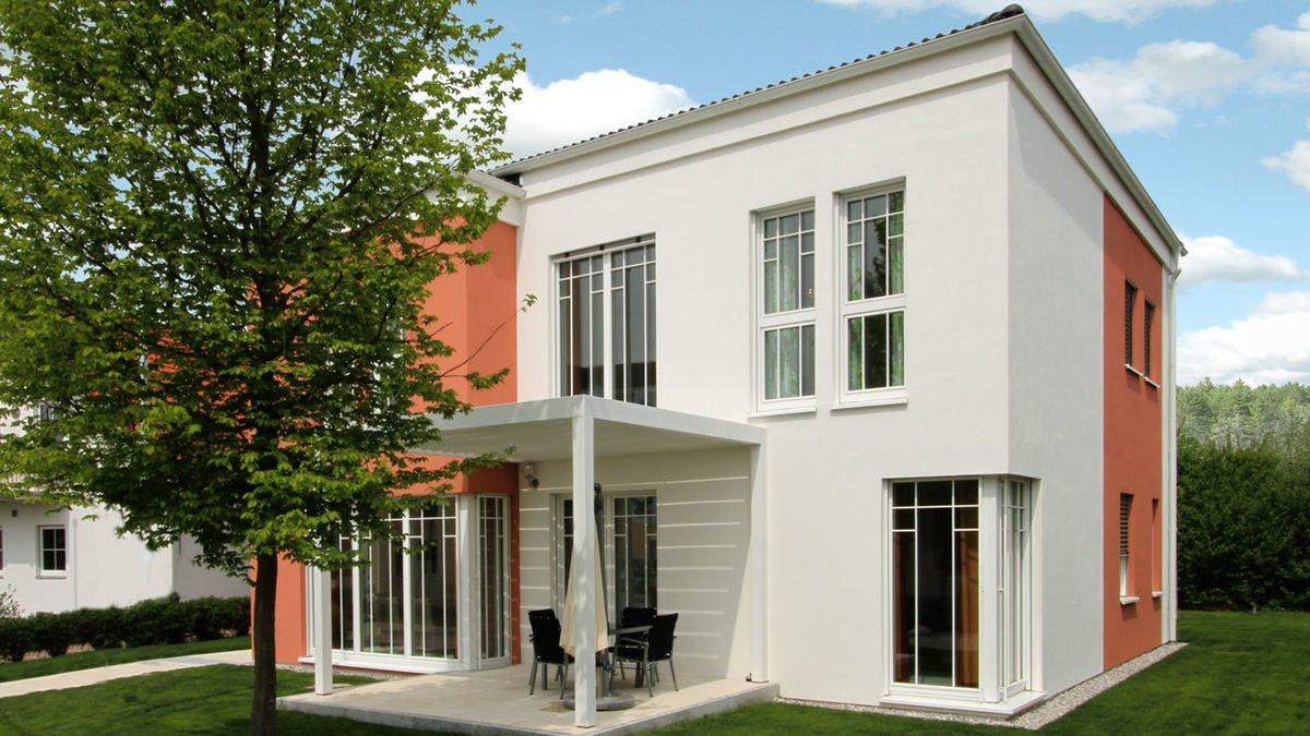 Passivhaus EOS 173 - Ein großes Backsteingebäude mit Gras vor einem Haus - Haus
