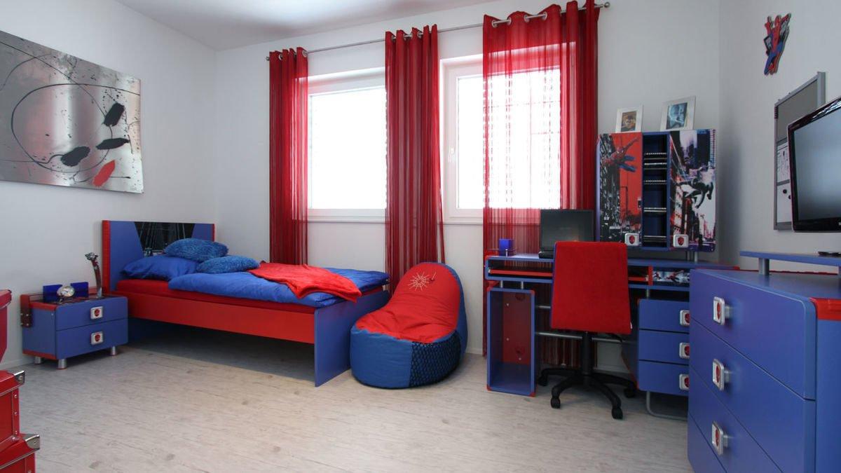 Passivhaus EOS 173 - Ein Schlafzimmer mit einem Bett und einem Schreibtisch in einem kleinen Raum - München