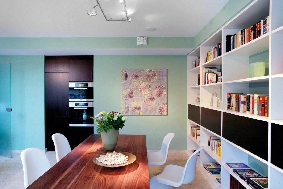 Musterhaus in Suhr - Ein Wohnzimmer mit Möbeln und einem Flachbildfernseher - Suhr