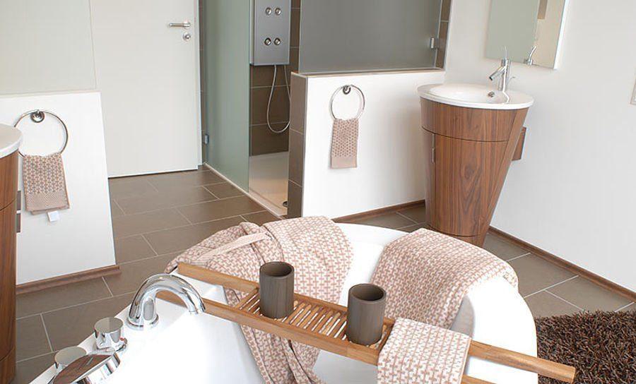Musterhaus Suhr 179 - Eine küche mit waschbecken und stuhl - Haus zeigen