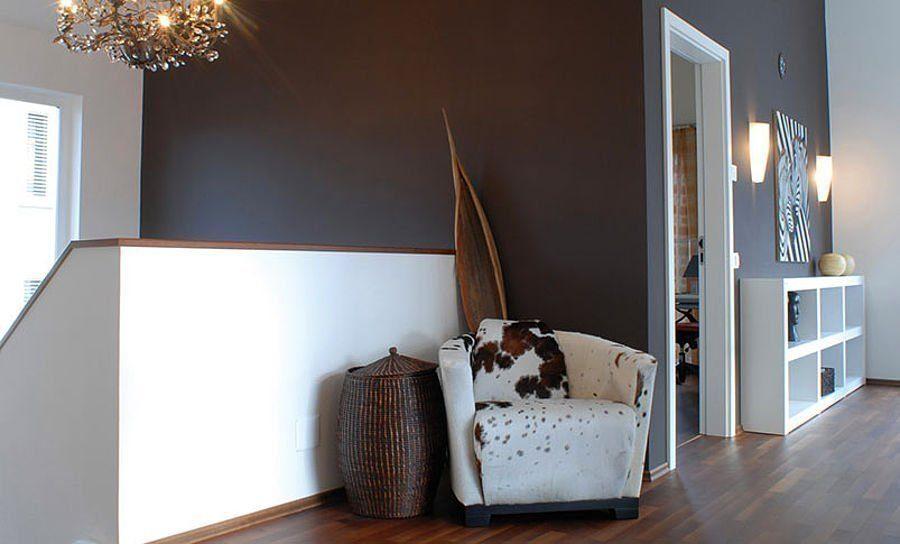 Musterhaus Suhr 179 - Ein Wohnzimmer mit Möbeln und einem Flachbildfernseher - Fertighaus