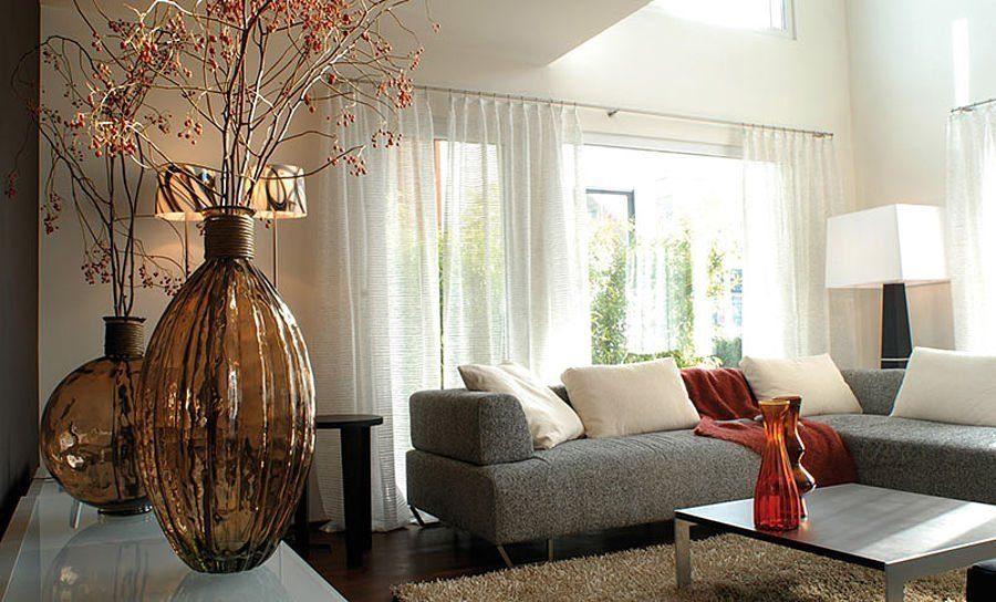 Musterhaus Suhr 179 - Ein Wohnzimmer mit Möbeln und einem großen Fenster - Wohnzimmer