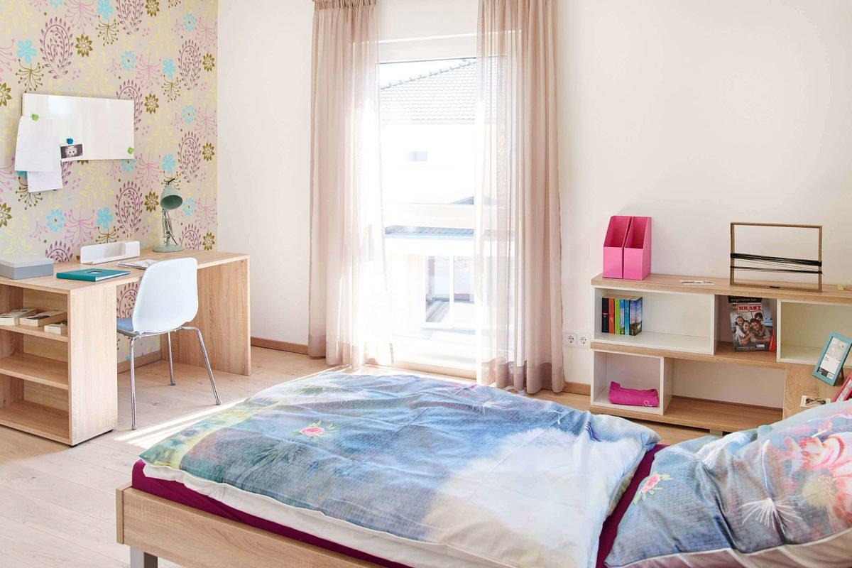 Musterhaus Mannheim - Ein Schlafzimmer mit einem Bett in einem Raum - Deutsches Fertighaus Center Mannheim