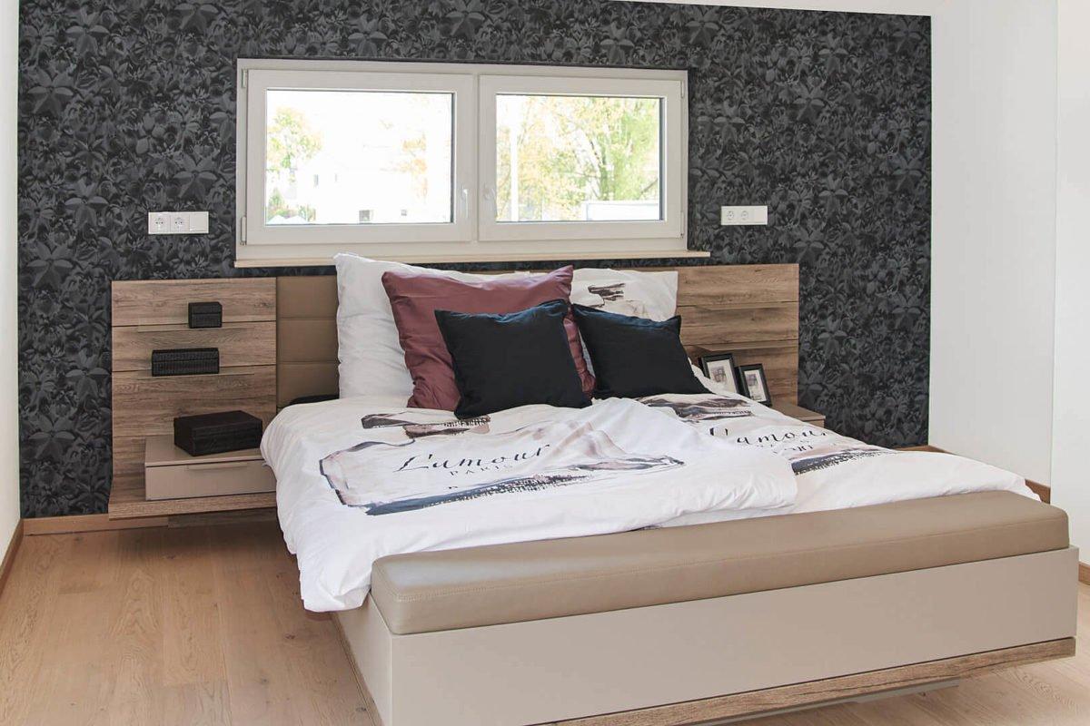 Musterhaus Mannheim - Ein Doppelbett in einem Zimmer - Deutsches Fertighaus Center Mannheim