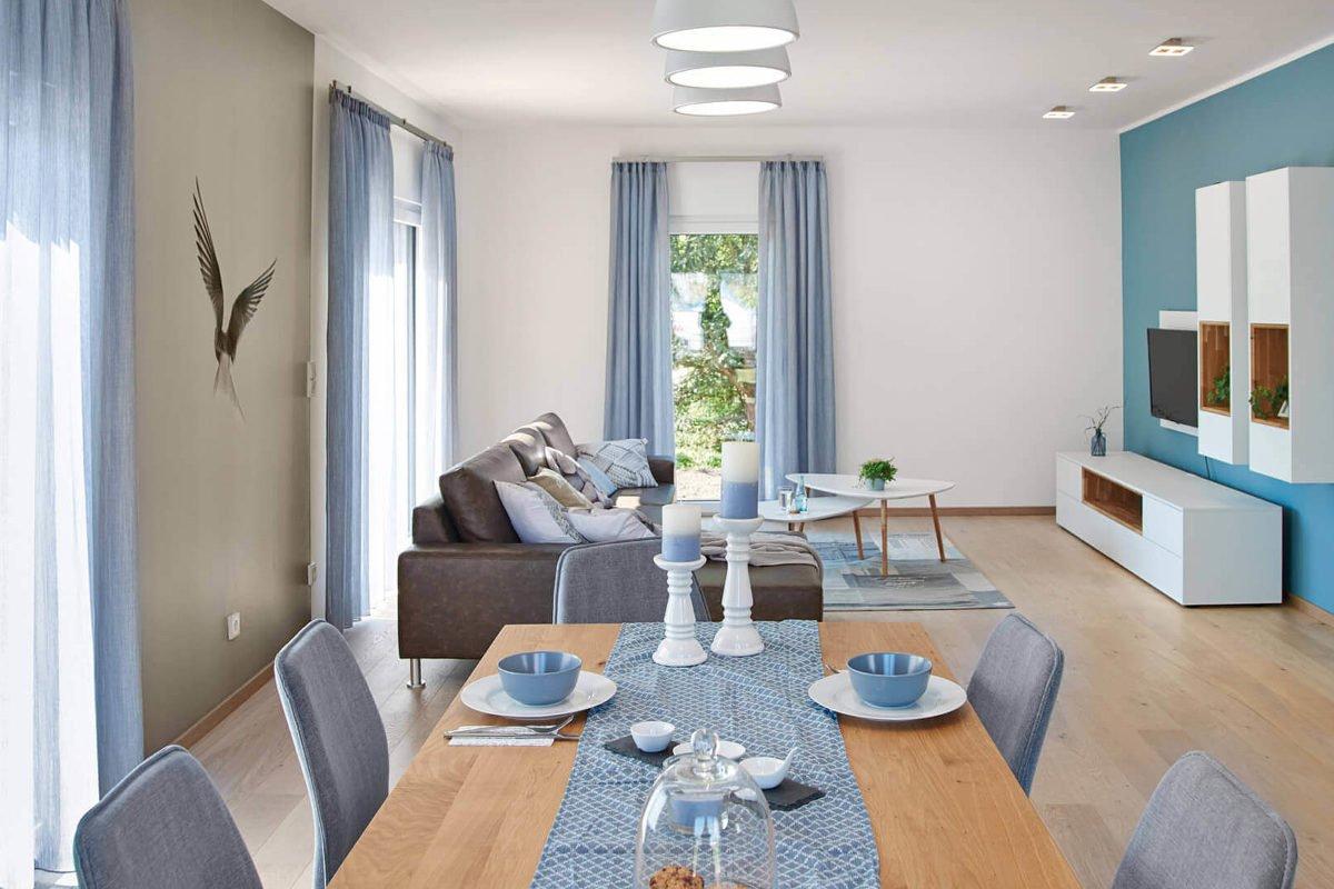 Musterhaus Mannheim - Ein Wohnzimmer mit Möbeln und einem großen Fenster - Fenster