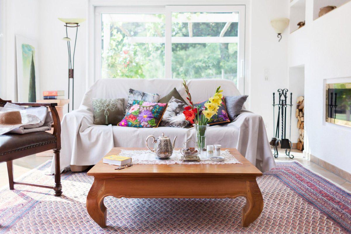 Kundenhaus Mayer-Elicker - Ein Wohnzimmer mit Möbeln und einem Kamin - Wohnzimmer