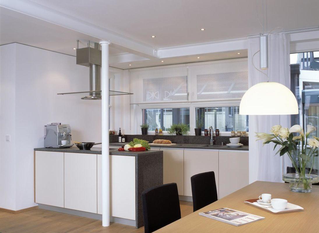 Musterhaus Vario - Eine Küche mit einer Insel mitten in einem Raum - Bau-Fritz GmbH & Co. KG, seit 1896