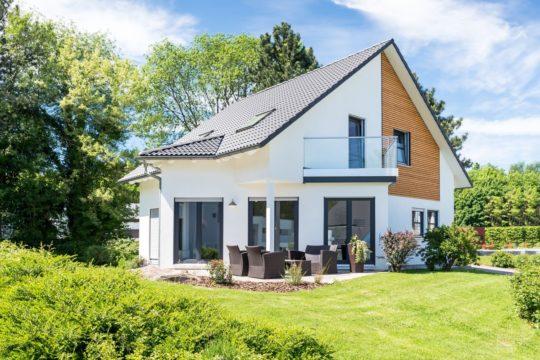 Musterhaus Bad Vilbel - Ein Baum vor einem Haus - Grundeigentum