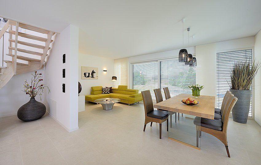 Musterhaus Schkeuditz - Ein Wohnzimmer mit Möbeln und einem Kamin - Einfamilienhaus