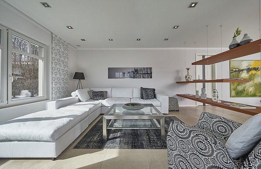 Musterhaus in Langenhagen-Hannover - Ein Schlafzimmer mit einem Bett und einem Fenster - Interior Design Services