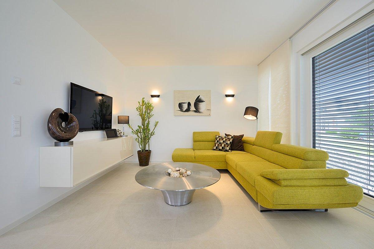 Musterhaus Schkeuditz - Ein Wohnzimmer mit Möbeln und einem Spiegel - Haus