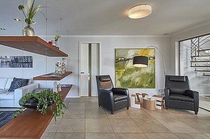 Musterhaus in Langenhagen-Hannover - Ein Wohnzimmer mit Möbeln und einem großen Fenster - Interior Design Services