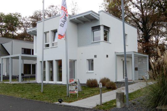 EOS 139 - Ein Haus, das ein Schild an der Seite eines Gebäudes hat - Haus zeigen