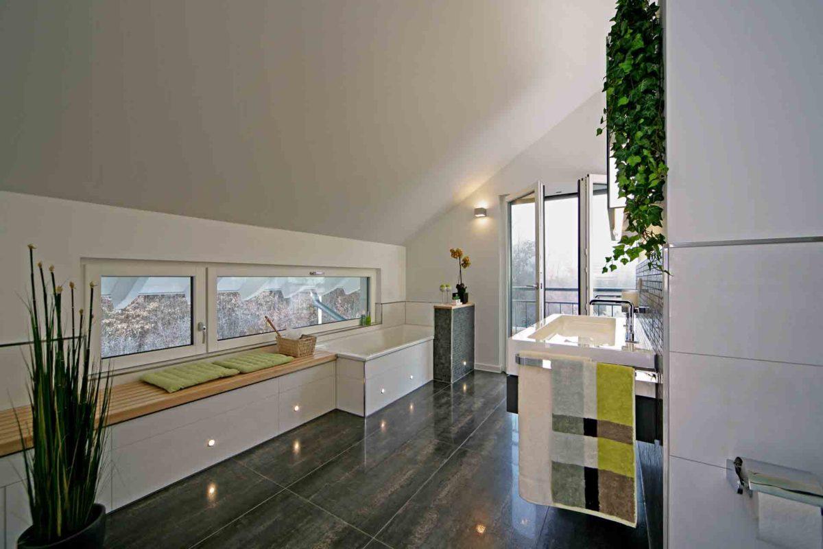 Musterhaus Erlangen - Eine küche mit waschbecken und spiegel - Die Architektur
