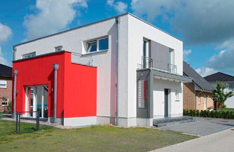Musterhaus Glinde - Ein kleiner Glockenturm vor einem Haus - Heinz von Heiden Massivhäuser