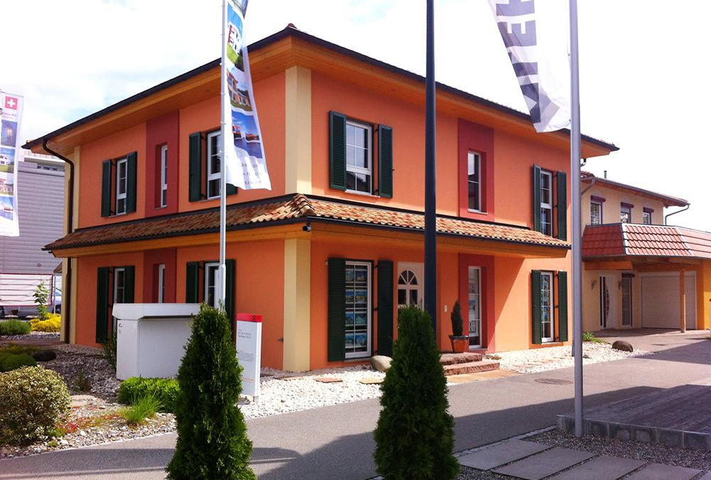 Musterhaus Tosca - Eine Nahaufnahme einer Straße vor einem Backsteingebäude - Home Expo Suhr