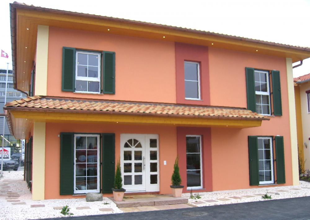 Musterhaus Tosca - Eine hauskatze sitzt vor einem gebäude - Home Expo Suhr