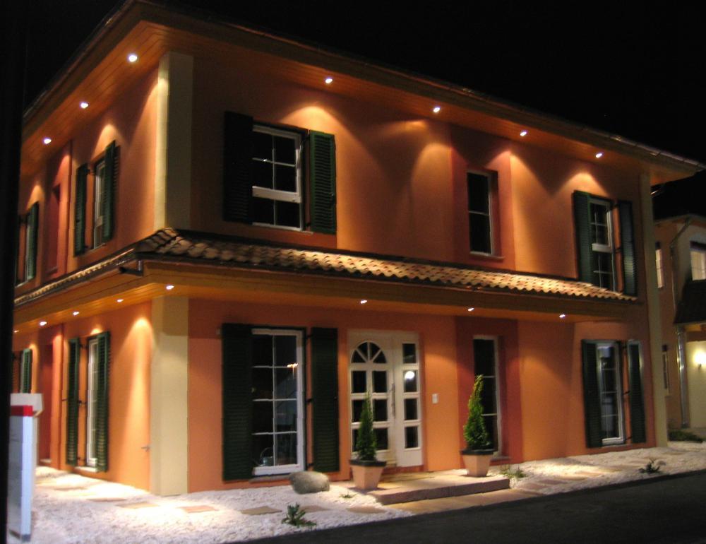 Musterhaus Tosca - Eine Ladenfront in der Nacht - Home Expo Suhr