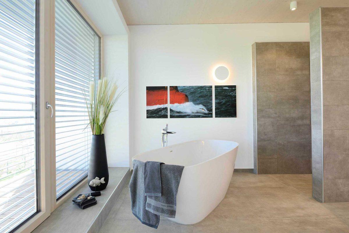 Kubos 1.2520 - Ein Wohnzimmer mit Möbeln und einem großen Fenster - Bad