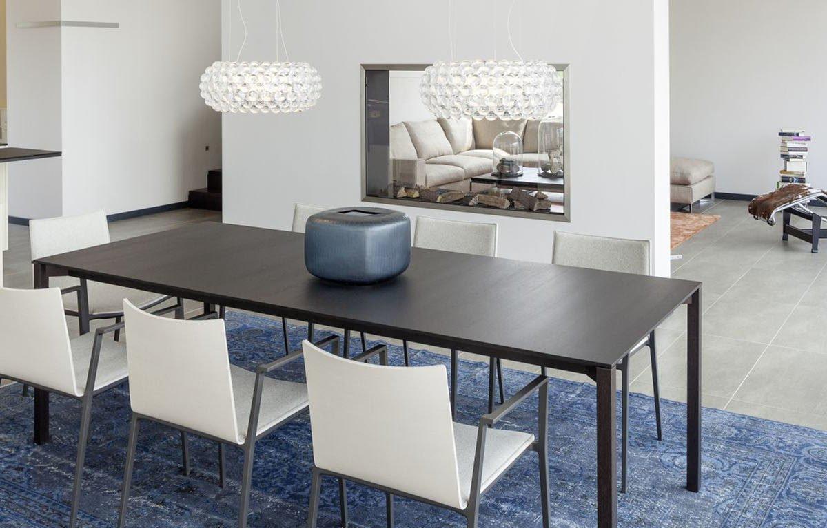 Musterhaus Köln - Ein Wohnzimmer mit Möbeln und einem Tisch - Luxhaus