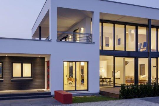 Musterhaus Köln - Ein Gebäude mit einem großen Fenster - Haus