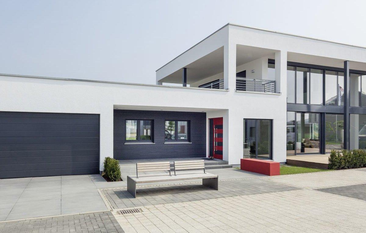 Musterhaus Köln - Ein großes weißes Gebäude - Fertighaus