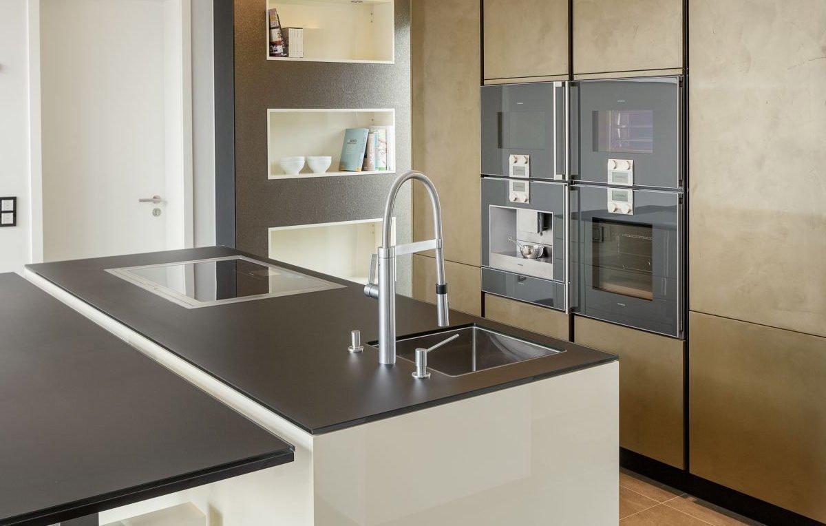 Musterhaus Köln - Eine küche mit waschbecken und spiegel - Luxhaus