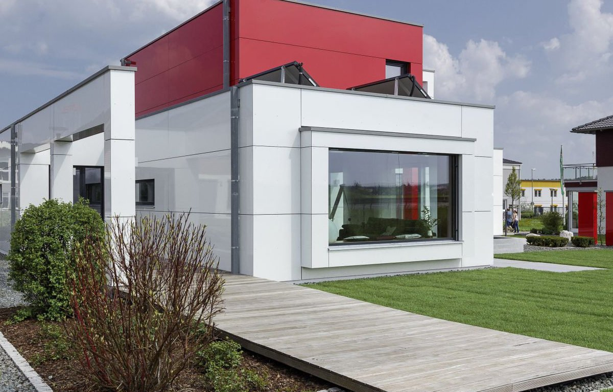 L³- Luxhaus Lifestyle Loft - Ein großes Backsteingebäude mit Gras vor einem Haus - Fassade