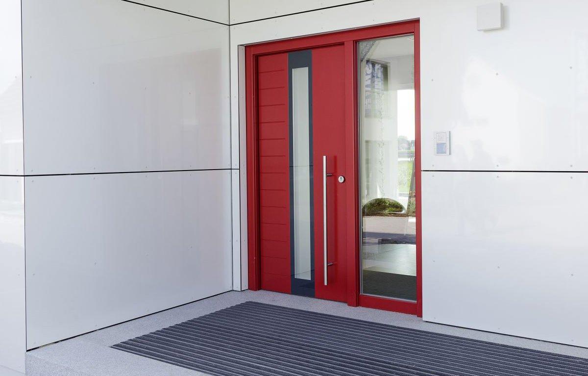 L³- Luxhaus Lifestyle Loft - Ein weißer Kühlschrank mit Gefrierfach neben einer Tür - Luxhaus