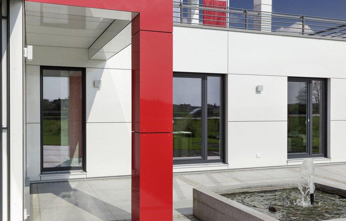 L³- Luxhaus Lifestyle Loft - Eine Person, die an der Seite eines Gebäudes sitzt - Luxhaus