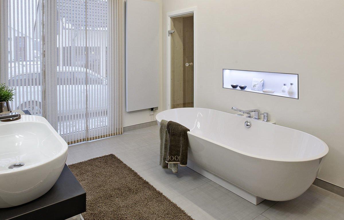 L³- Luxhaus Lifestyle Loft - Eine große weiße Wanne neben einem Waschbecken - Bad