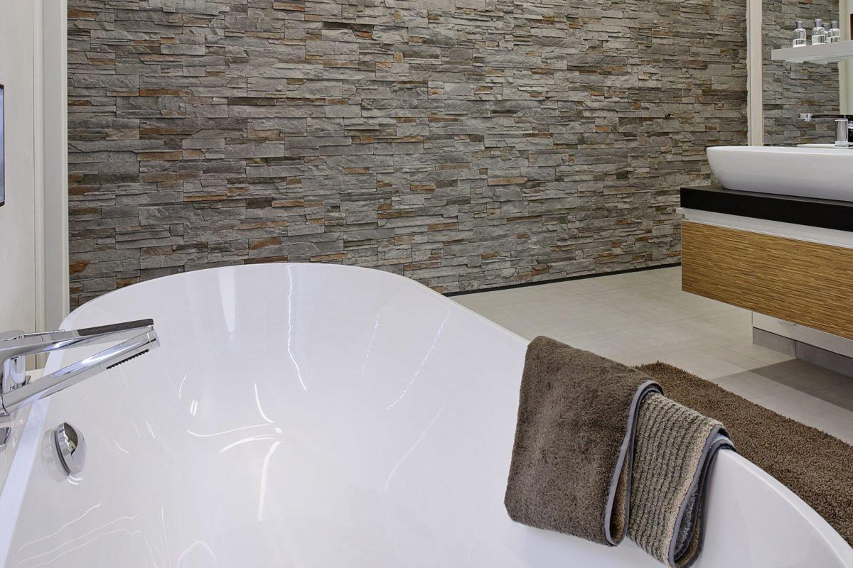 L³- Luxhaus Lifestyle Loft - Eine große weiße Wanne sitzt neben einem Fenster - Bad