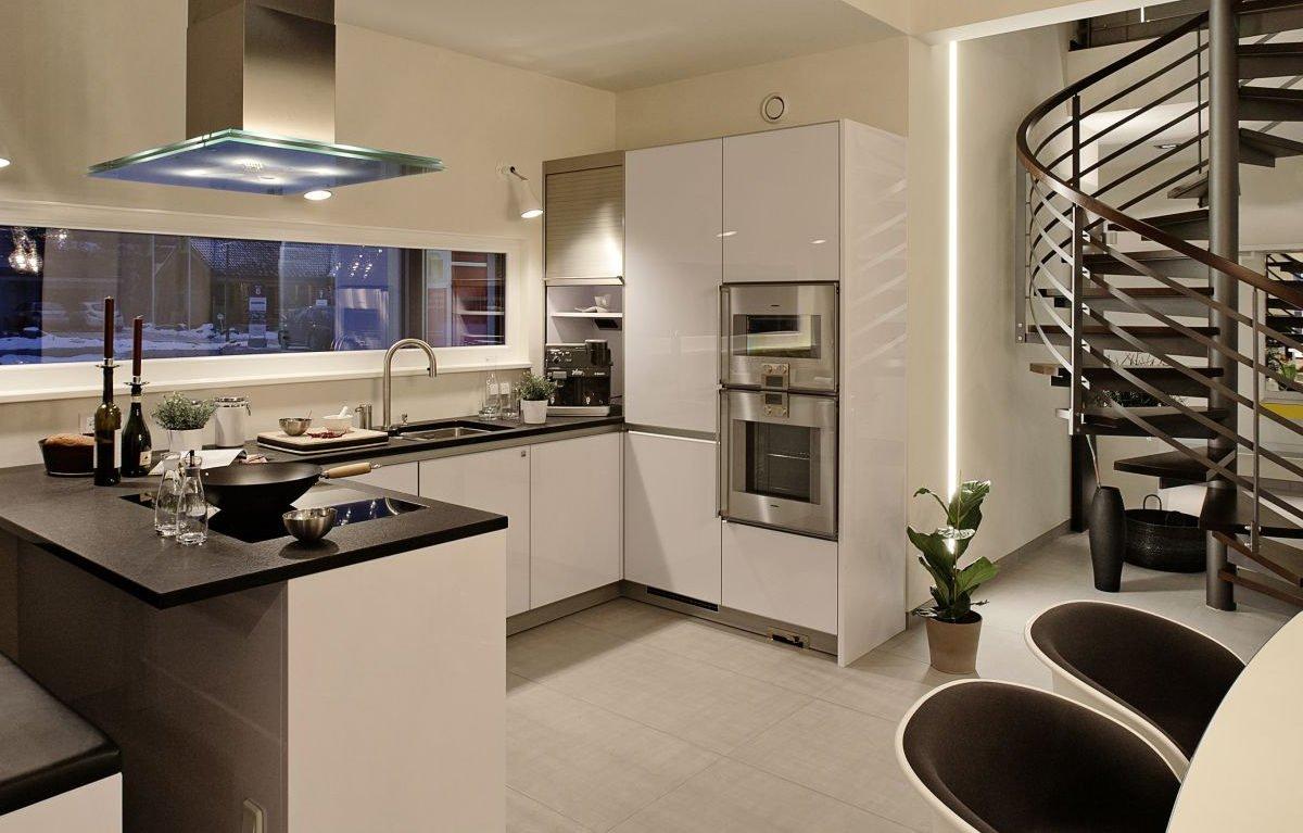 L³- Luxhaus Lifestyle Loft - Eine Küche mit einem Waschbecken und einem Esstisch - LUXHAUS Musterhaus Nürnberg