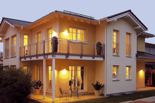 Doppelhaus Poing - Ein gelbes haus im hintergrund - Hanse Haus Musterhaus München-Poing