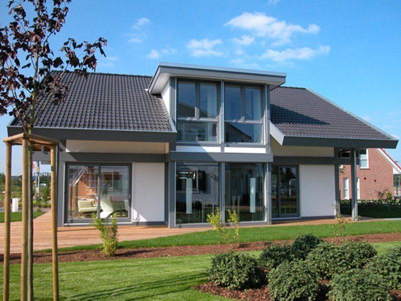Musterhaus Ästhetik Hannover - Ein Haus mit Bäumen im Hintergrund - Haus
