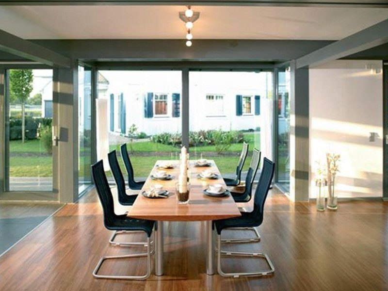 Musterhaus Ästhetik Hannover - Ein Esstisch vor einem Fenster - Haus zeigen