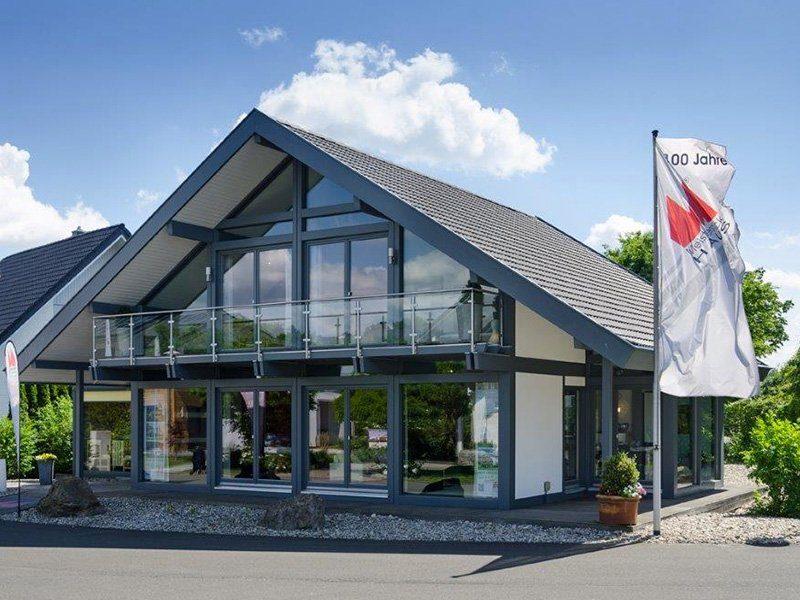Musterhaus Ästhetik Mannheim - Ein Haus, das ein Schild an der Seite eines Gebäudes hat - Deutsches Fertighaus Center Mannheim
