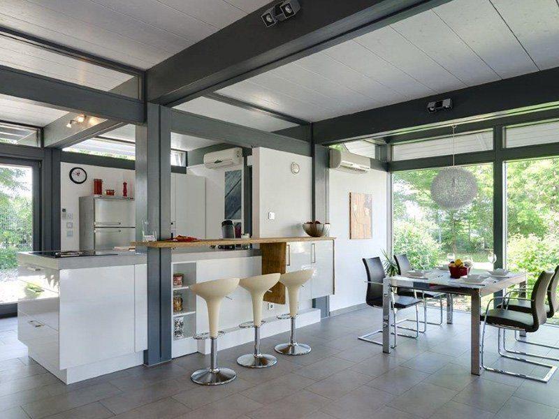 Musterhaus Ästhetik Mannheim - Ein Raum voller Möbel und ein großes Fenster - Haus