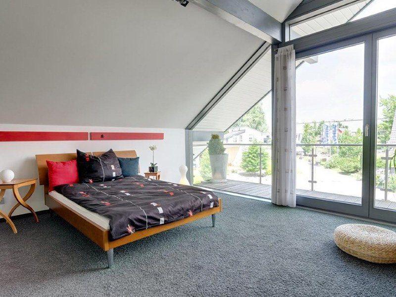 Musterhaus Ästhetik Mannheim - Ein Wohnzimmer mit Möbeln und einem großen Fenster - Haus