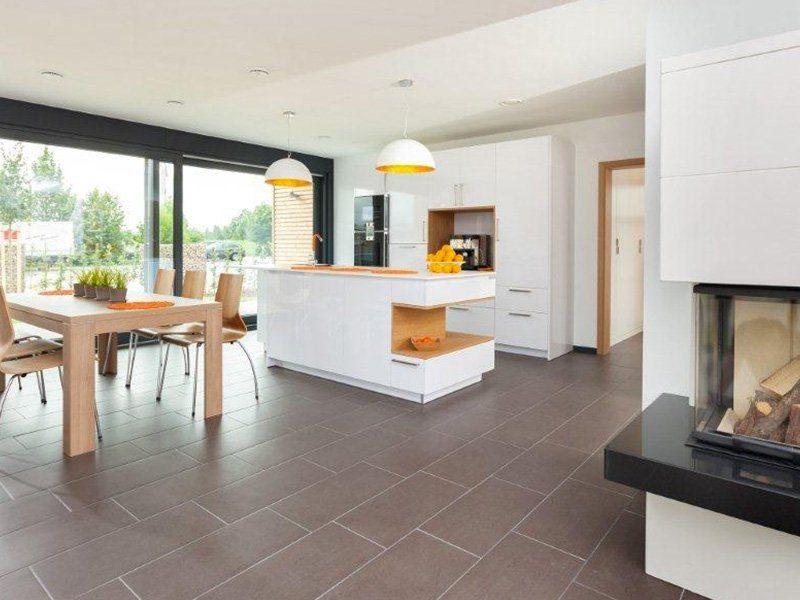 Musterhaus Hameln - Ein Raum voller Möbel und ein großes Fenster - Meisterstück-HAUS Vertriebs GmbH